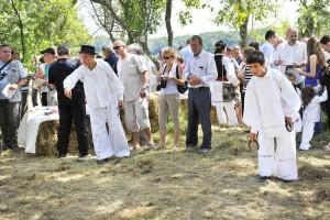Dječaci su se natjecali u bacanju potkova na štap zabijen u zemlju